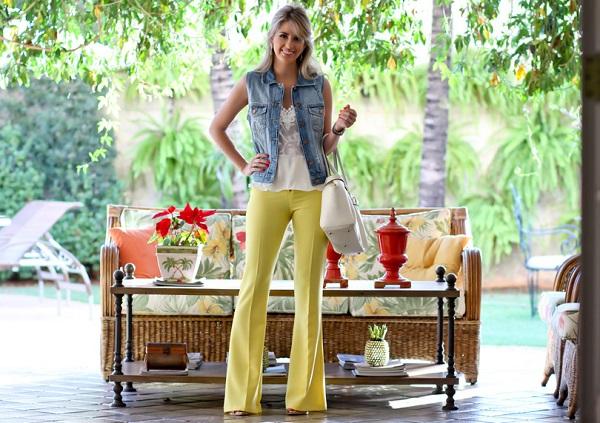 look-do-dia-calça-flare-amarela-colete-jeans-blusa-com-renda-full-store-bolsa-off-white-schitz-look-descolado-look-trabalho-fashion-5